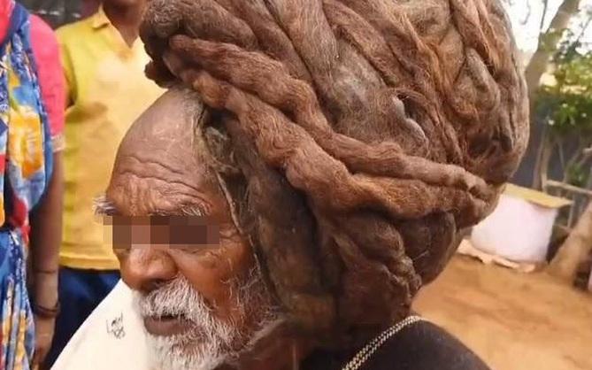 Cận cảnh mái tóc không cắt cũng chẳng gội suốt gần cả thế kỷ, cứng như rễ cây nhìn thôi đã thấy đau