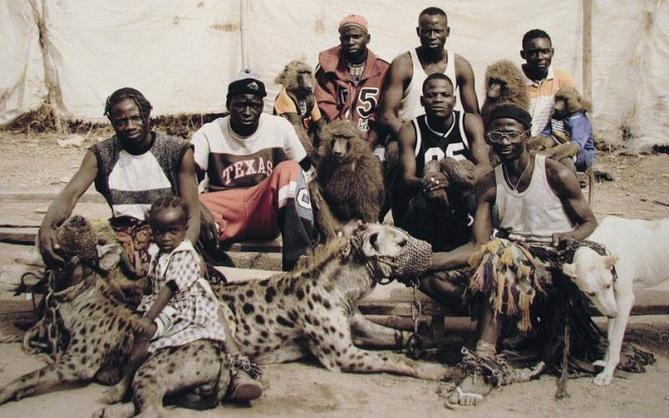 Bức ảnh bị hiểu nhầm hé lộ sự thật về những người huấn luyện linh cẩu để kiếm sống tại Nigeria
