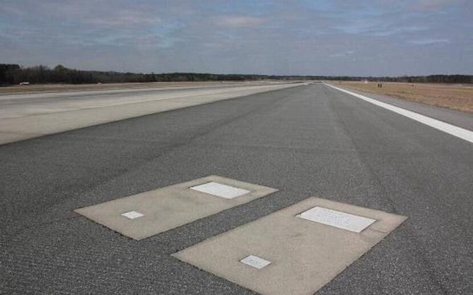 Bí ẩn 2 ngôi mộ nằm trên đường băng sân bay, mỗi ngày có hàng trăm chuyến bay cất hạ cánh nhưng không phải ai cũng biết về sự hiện diện của chúng