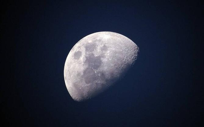 Mặt Trăng đang ngày càng rỉ sét và tất cả là tại... Trái Đất