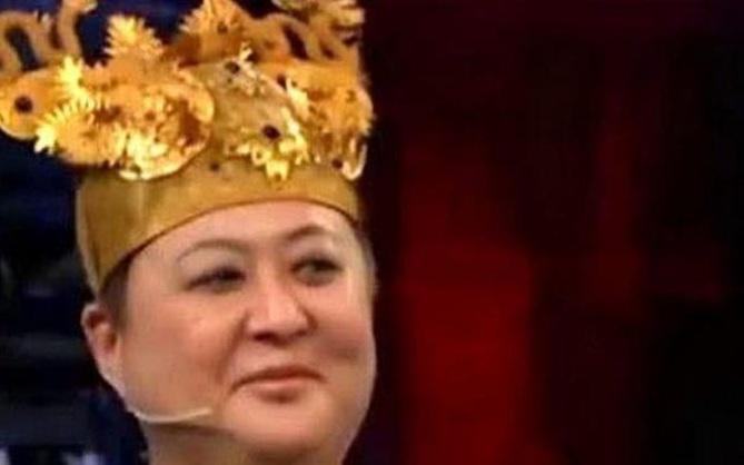 Người phụ nữ đội mũ phượng hoàng bước lên sân khấu kiểm định cổ vật, chuyên gia lập tức hét lớn: Bỏ ngay nó xuống!