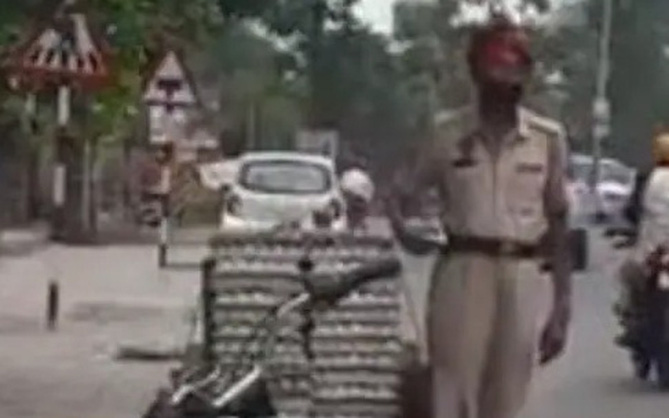 Clip: Cảnh sát trưởng Ấn Độ ăn trộm trứng gà giữa phố
