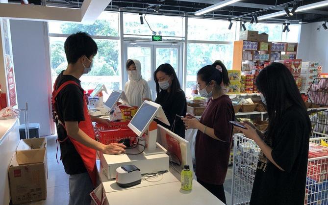 """Giới trẻ Trung Quốc rủ nhau mua đồ sắp hết hạn về ăn cho tiết kiệm, sống theo phương châm """"tôi nghèo tôi có quyền"""""""