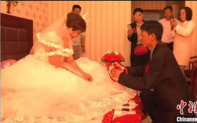 Đang lướt mạng thì thấy video vợ mới cưới đang làm đám cưới với kẻ khác, người đàn ông vội báo cảnh sát mới biết được sự thật phũ phàng