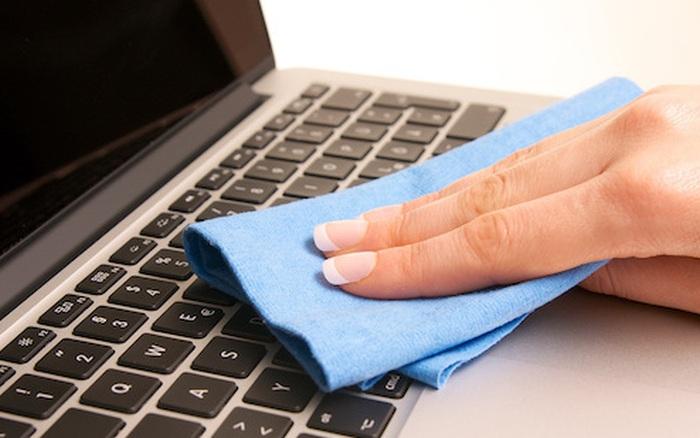 Kết quả hình ảnh cho làm mờ vết trầy bằng kem đánh răng laptop