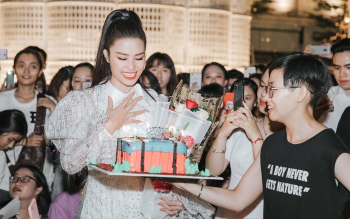 """Hàng trăm fan """"đột kích"""" mừng sinh nhật Đông Nhi lúc đêm muộn, choáng nhất ..."""