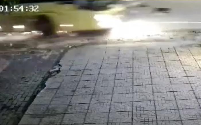 """Kinh hoàng clip xe khách phanh """"cháy đường"""" sau khi tông xe máy, 2 nữ ..."""