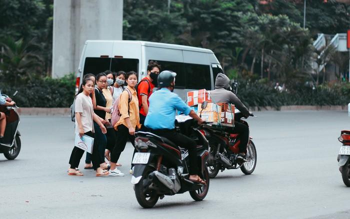 Nóng mắt cảnh sinh viên Hà Nội dàn hàng cả chục người băng đường qua đại lộ đầy ...