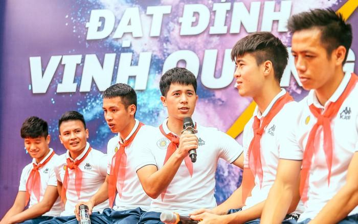 """Quang Hải, Duy Mạnh và các cầu thủ Hà Nội FC khép lại hành trình """"thắp ..."""