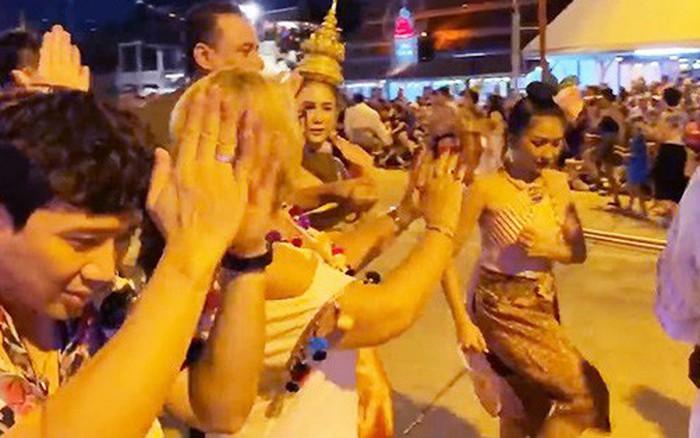 Hội bạn thân của Trấn Thành rủ nhau đi Bangkok bày đủ trò lầy lội đã đành, ...