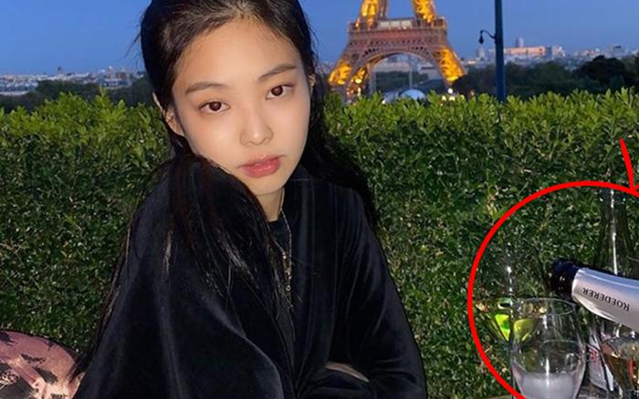 """Chỉ với 1 chai rượu sâm panh """"lấp ló"""" trong ảnh check-in tháp Eiffel, Jennie đã được ..."""