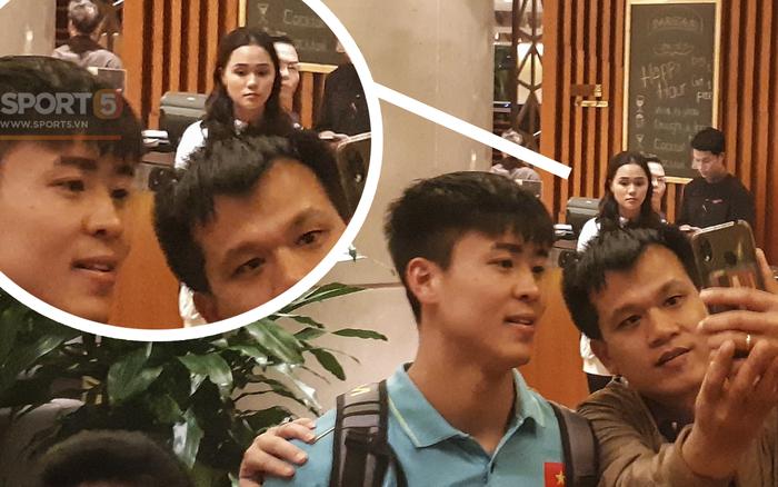 Sau trận Việt Nam đấu Thái Lan: Quỳnh Anh lặng lẽ đứng chờ Duy Mạnh sà vào vòng tay ...