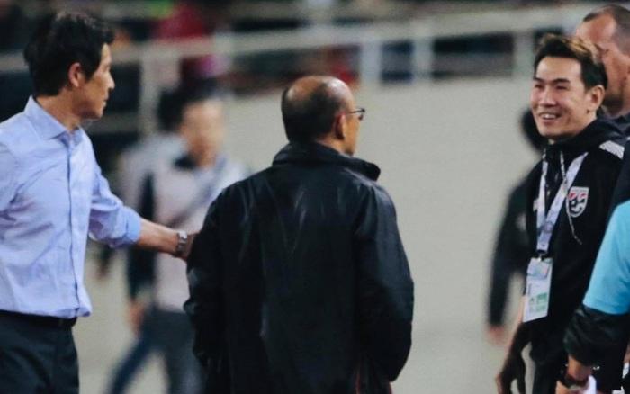 """Trợ lý tuyển Thái Lan """"cà khịa"""" khiến HLV Park Hang-seo nổi giận sau trận đại ..."""