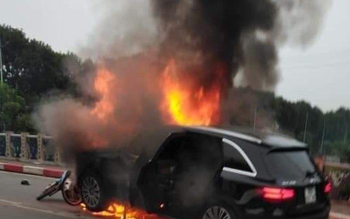 Hà Nội: Ô tô bốc cháy kinh hoàng sau va chạm với xe máy khiến 1 người tủ ...