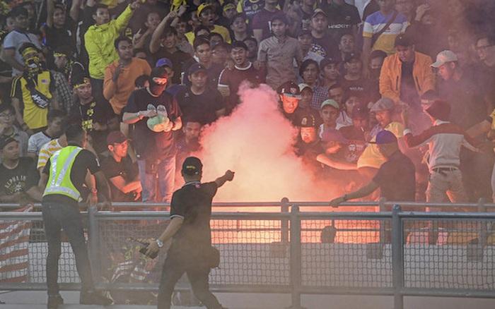 CĐV Malaysia và Indonesia gây bạo loạn ở vòng loại World Cup 2022: Ném pháo ...