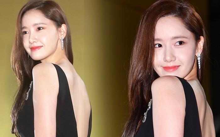 Khổ thân Yoona, mải tươi cười khoe body sexy tại thảm đỏ Rồng Xanh mà không biết bị lộ cả ...