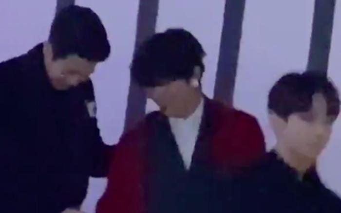 """Hai trai đẹp V (BTS) và nam chính """"Ký sinh trùng"""" nắm tay nhau ..."""
