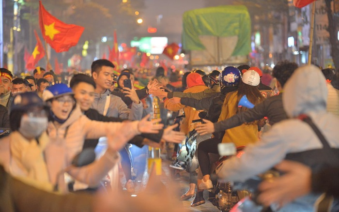 """""""Sóng đỏ"""" cuồn cuộn trên đường phố Hà Nội, lại một đêm không ngủ mừng ..."""