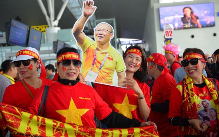 """Hàng trăm CĐV nhuộm đỏ sân bay Nội Bài lên đường sang Philippines """"tiếp ..."""