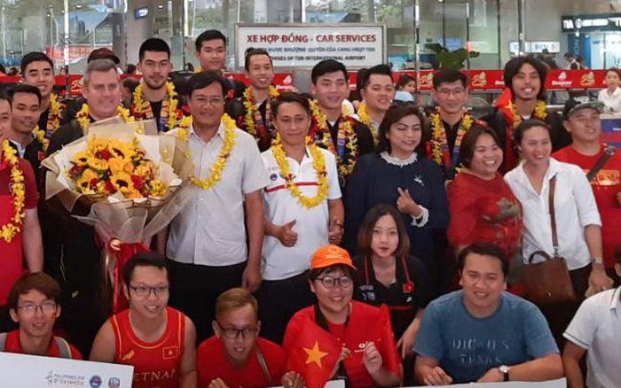 Những người hùng của Bóng rổ Việt Nam trở về trong sự chào đón nồng nhiệt của ...