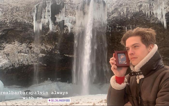 """Đi du lịch mà thiếu vắng """"nửa kia"""", nam diễn viên Dylan Sprouse vẫn chụp ảnh check-in ..."""