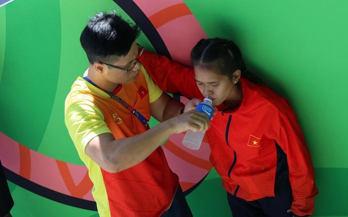 Xúc động hình ảnh nữ vận động viên marathon Việt Nam kiệt sức, không thể tự mặc quần ...