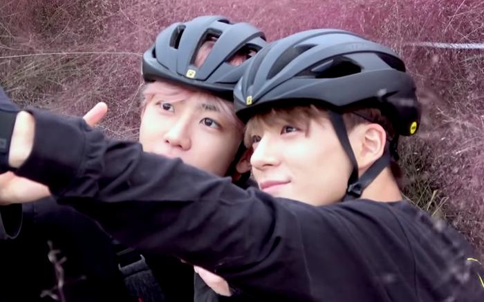 Jaemin và Jeno (NCT) cũng bắt trend nhiệt tình, rủ nhau đi chụp ảnh check in với đồng cỏ hồng ...