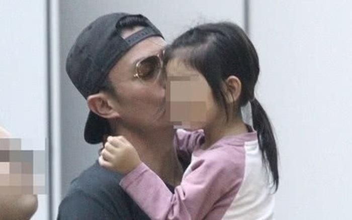 Tan chảy với loạt ảnh cực ngọt ngào của Hoắc Kiến Hoa: Liên tục hôn con gái, ...
