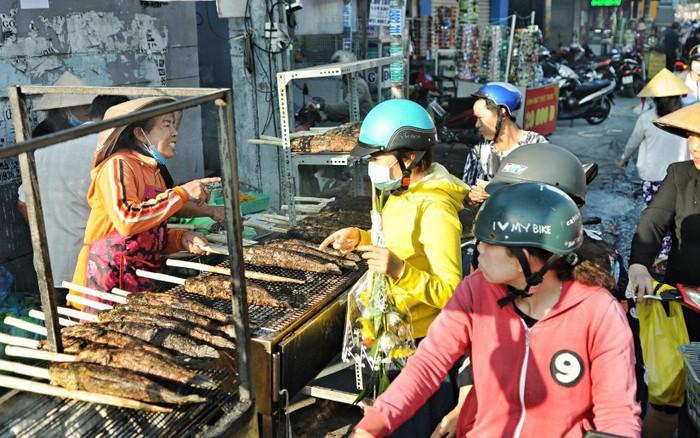 Huy động cả dòng họ chế biến hàng ngàn con cá lóc bán trong ngày ...