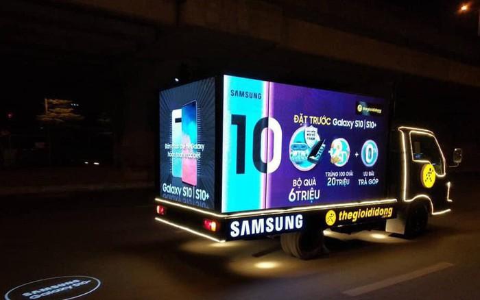 Kết quả hình ảnh cho xe quảng cáo của thế giới di động buổi tối