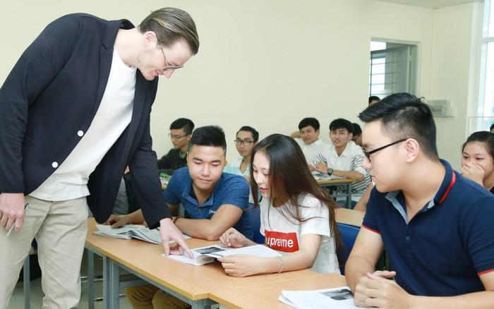 Cơ hội học ngành Quan hệ quốc tế với suất học bổng giá trị từ UEF