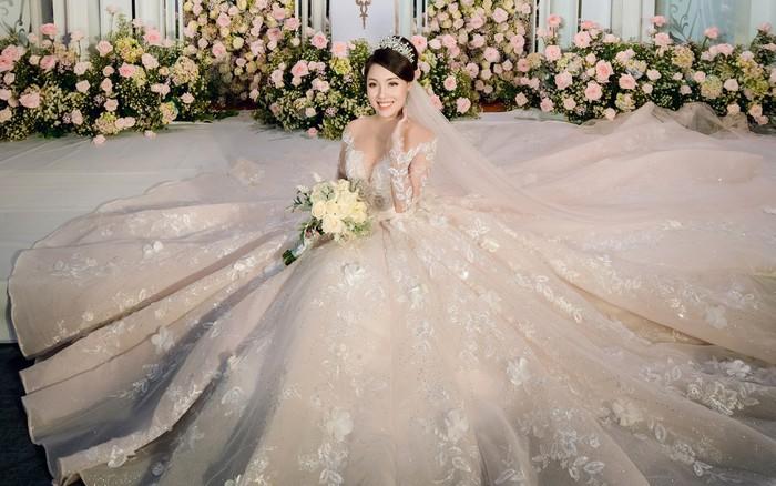 Chiêm ngưỡng bộ ba váy cưới đính kim cương trong đám cưới của nữ giảng viên ...
