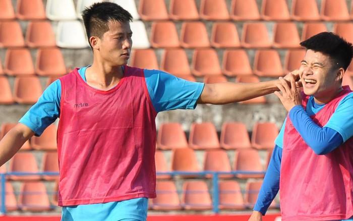 Cầu thủ Hải Phòng nhí nhảnh trên sân tập trước cuộc so tài với CLB Thanh Hóa