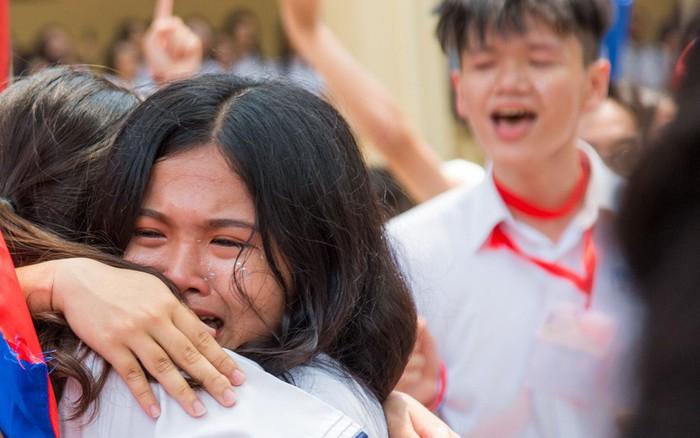 Học sinh lớp 12 khóc nức nở trong ngày ra trường: Chẳng còn thời gian để quý, để ...