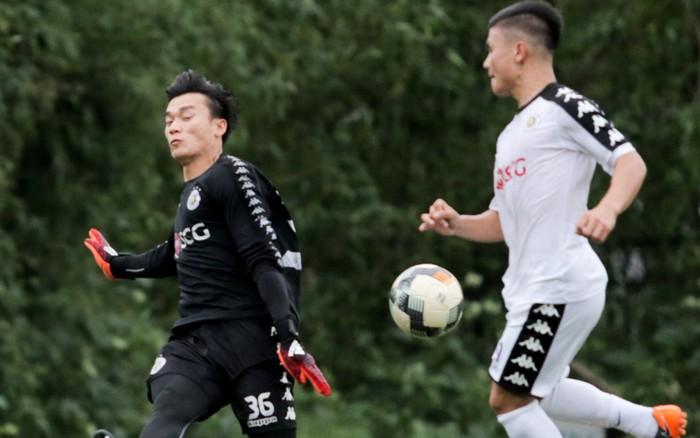 Bùi Tiến Dũng bất lực khi bị bạn thân Quang Hải ghi bàn trong buổi tập của Hà Nội FC