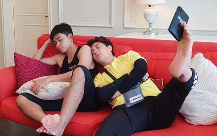 Selfie bằng chân: Hàn Quốc có Hani thì Việt Nam có Ngô Kiến Huy