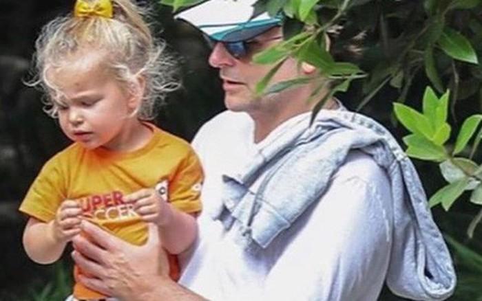 Bradley Cooper buồn bã một mình bế con ra phố sau thông tin chia tay siêu mẫu Irina ...