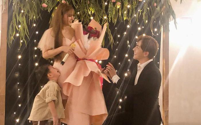 Bạn trai kém 10 tuổi quỳ gối cầu hôn Thu Thủy sau 1 năm hẹn hò, phản ứng của cậu con trai ...
