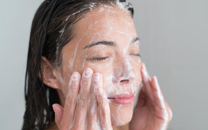 Đây chính là những thói quen rửa mặt sai lầm mà bạn nên sửa ngay để bảo vệ ...