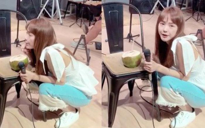 Nâng niu trái dừa trên ghế còn mình ngồi xổm uống như thật, Minh Hằng một khi ...