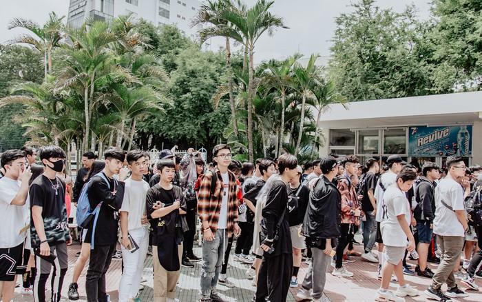 """Mặc kệ nắng nóng, hàng ngàn bạn trẻ Sài Gòn vẫn """"rồng rắn"""" xếp ..."""