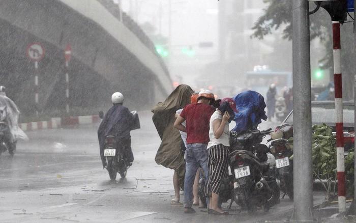 Hà Nội bắt đầu đổ mưa do ảnh hưởng của bão số 2, người dân chật vật dưới đường giờ tan tầm