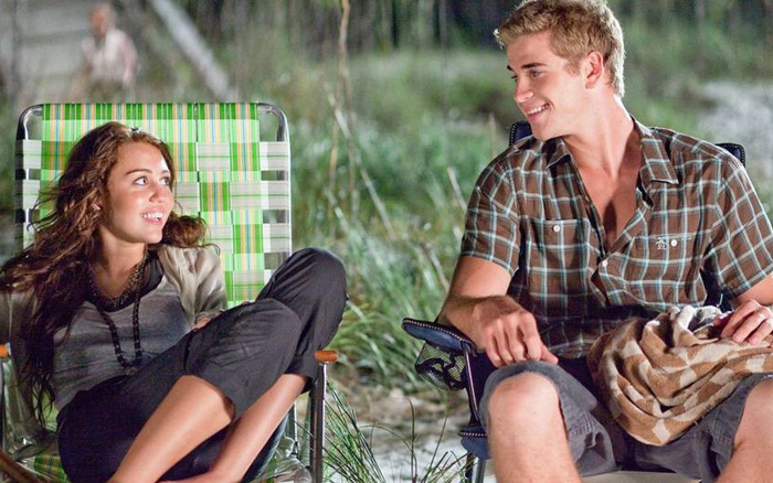 Ai ngờ rằng 1 thập kỷ yêu nhau của Miley Cyrus và Liam Hemsworth lại bắt đầu bằng cách bất ...