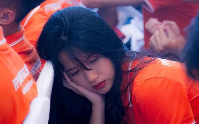 Ngủ gật trong lễ khai giảng, nữ sinh gây sốt vì vẻ ngoài xinh xắn nhưng vẫn bị chê ...