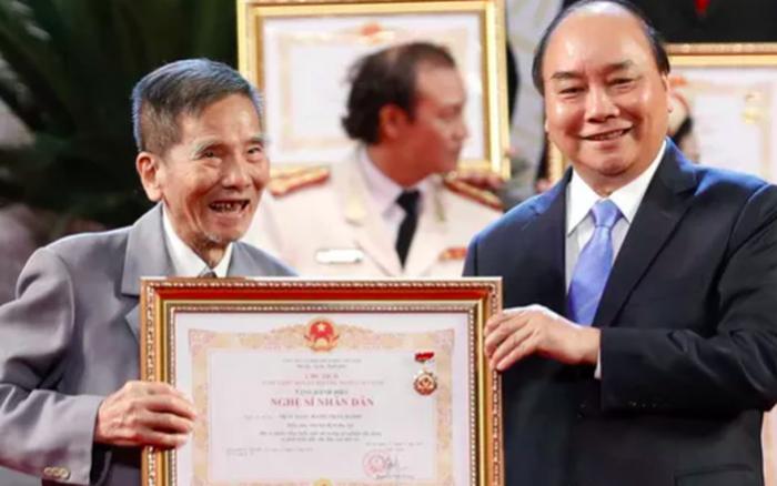 Nghệ sĩ Trần Hạnh nhận danh hiệu Nghệ sĩ nhân dân ở tuổi 90