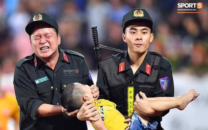 Bình luận chuyên môn về một bức ảnh đẹp: Người cảnh sát cơ động cho em bé cắn ...
