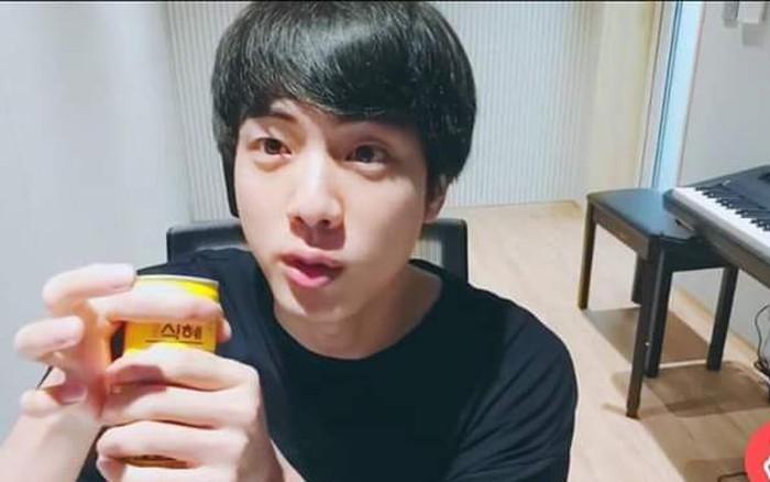 Dùng cả thanh xuân để che tên nhãn hiệu khi livestream, Jin (BTS) vẫn bị fan cười ...