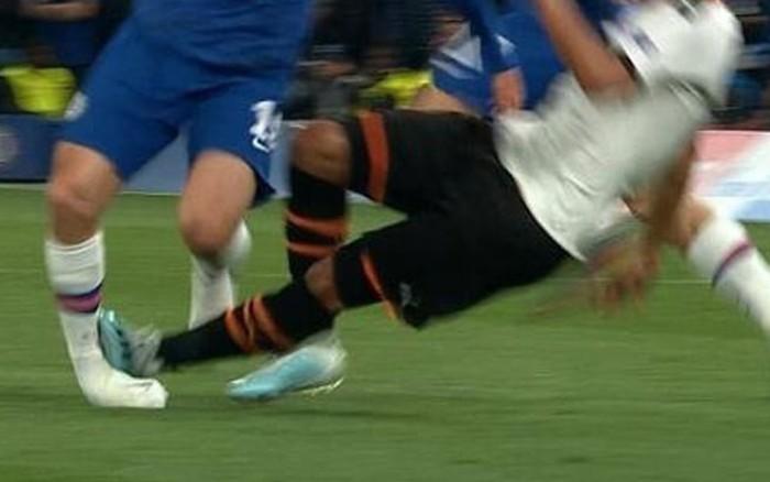 Bàng hoàng khi chứng kiến cổ chân của sao Chelsea bị bẻ cong rùng rợn sau cú đạp ...