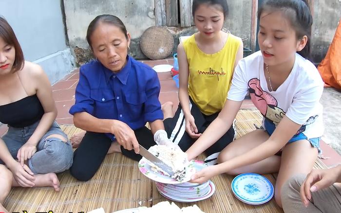 """Bánh bao """"siêu to khổng lồ"""" hiệu Bà Tân Vlog: vỏ dày cộp, vỏn vẹn ..."""