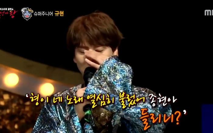 Kyuhyun (Super Junior) rơi nước mắt khi nhắc đến Jonghyun (SHINee) trên show hát giấu mặt